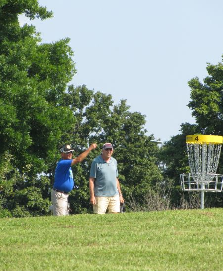 People playing frisbee golf